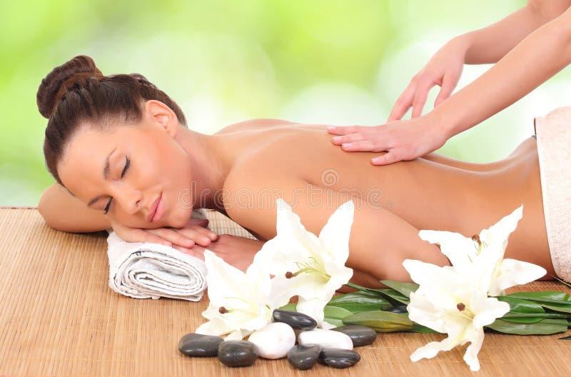 donna che ottiene massaggio nel salone di massaggio fotografia stock libera da diritti