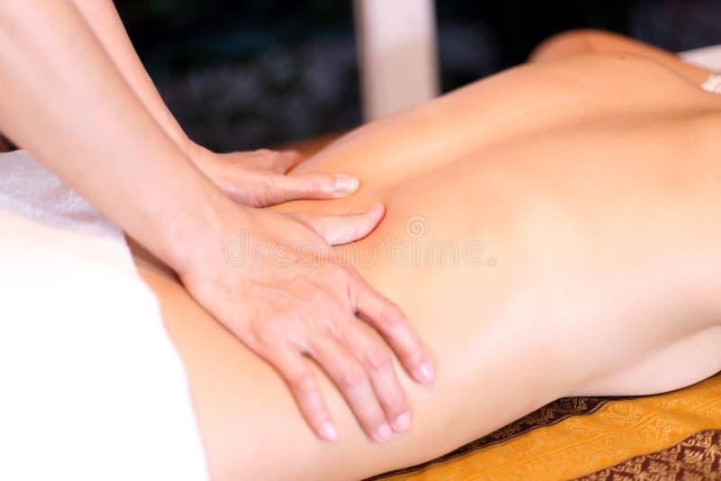 Donna che ottiene massaggio posteriore fotografia stock libera da diritti