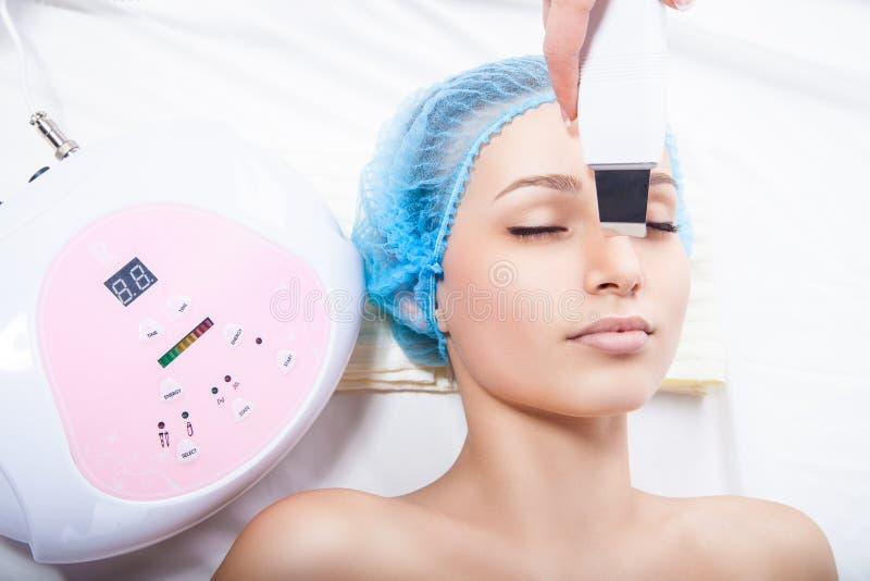 Donna che ottiene pulizia della pelle di ultrasuono fotografie stock