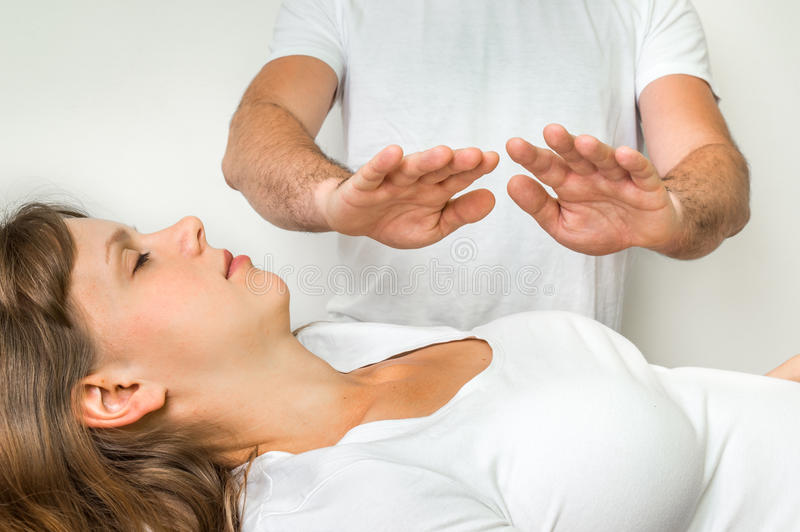 Donna che ottiene a reiki terapia curativa - medicina alternativa immagini stock