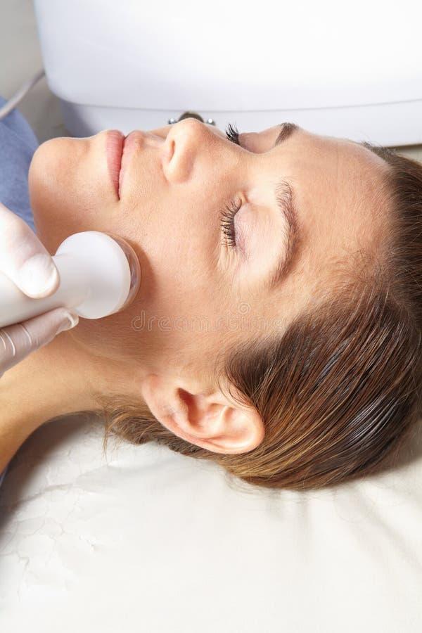 Donna che ottiene trattamento della pelle in stazione termale fotografia stock libera da diritti