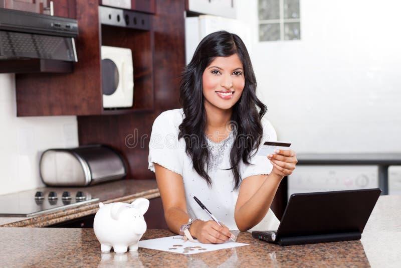 Donna che paga le fatture di carte di credito fotografie stock libere da diritti