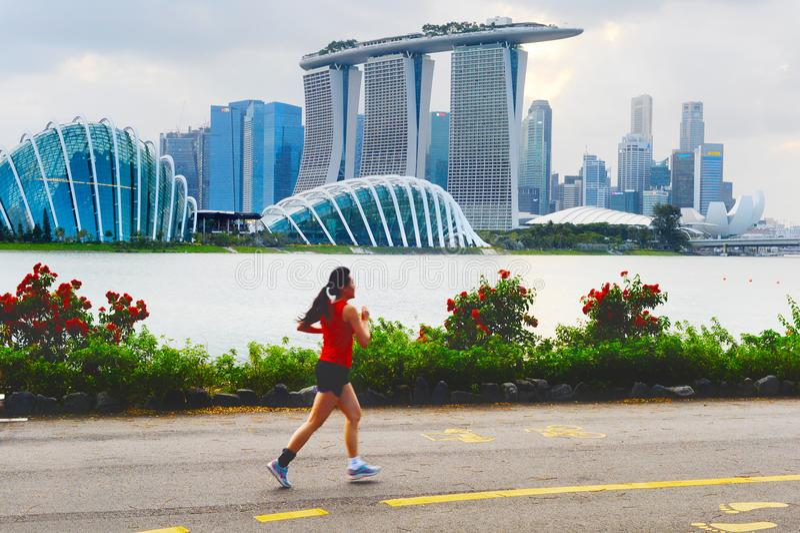 Donna che pareggia nella baia di Singapore fotografia stock
