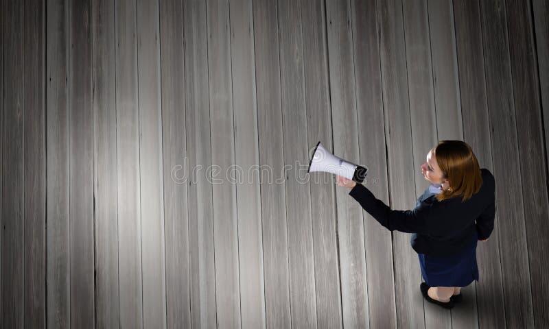 Donna che parla nell'altoparlante fotografia stock
