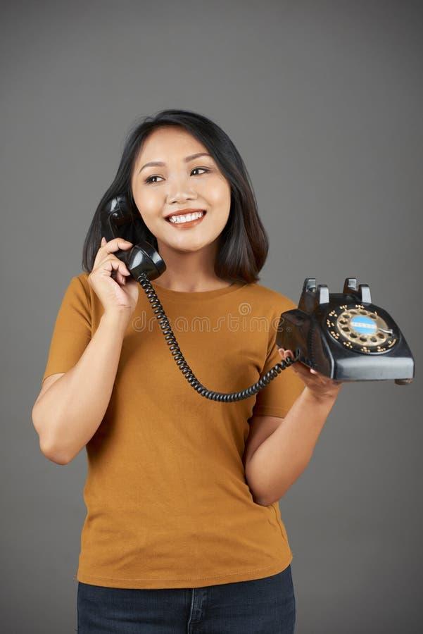 Donna che parla sul retro telefono legato con corde fotografia stock libera da diritti