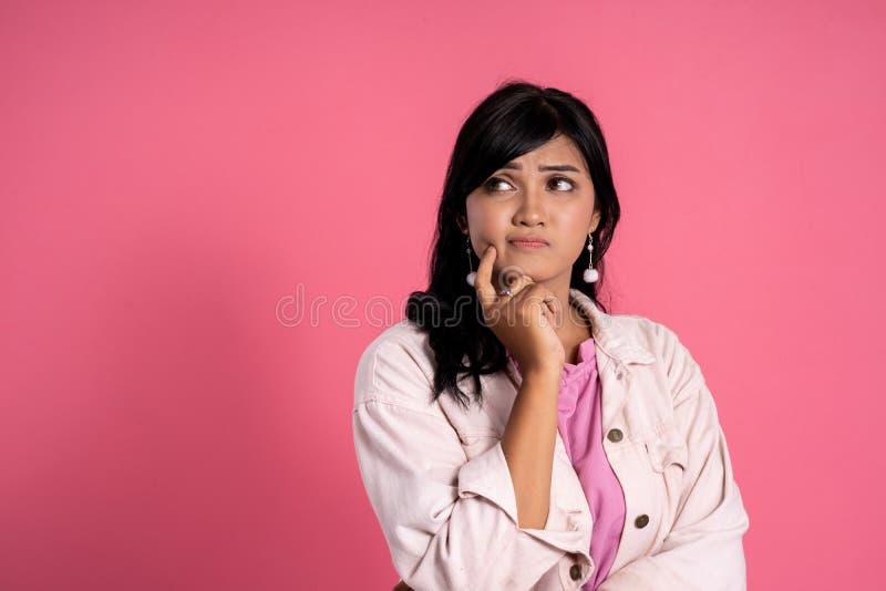 Donna che pensa e che rispetta lo spazio della copia fotografia stock libera da diritti