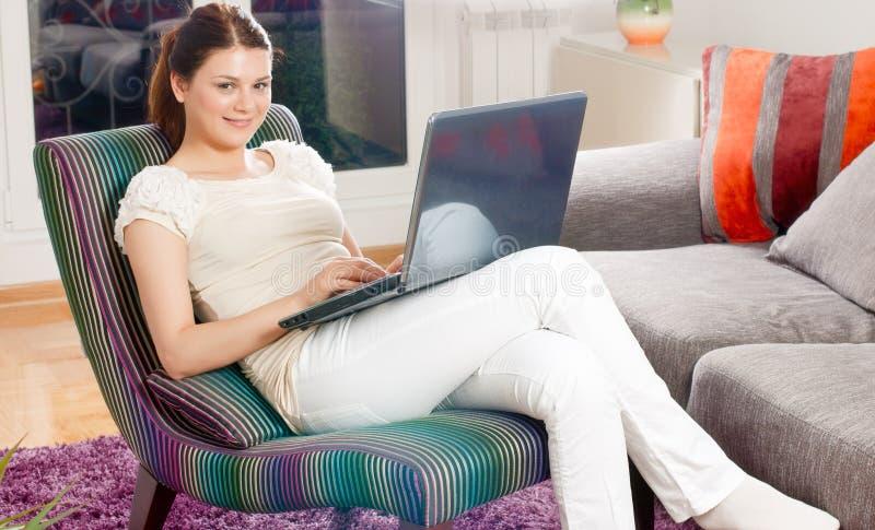 Donna che per mezzo del computer portatile fotografie stock libere da diritti