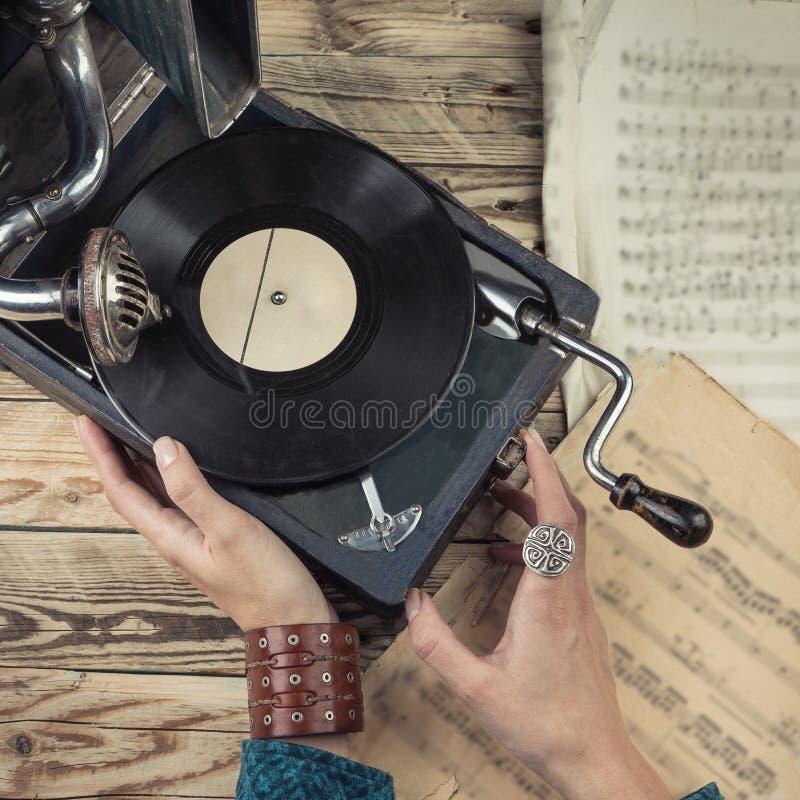 Donna che per mezzo del grammofono immagine stock
