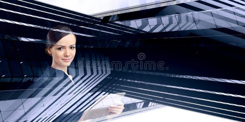 Donna che per mezzo del pc del ridurre in pani Media misti illustrazione di stock