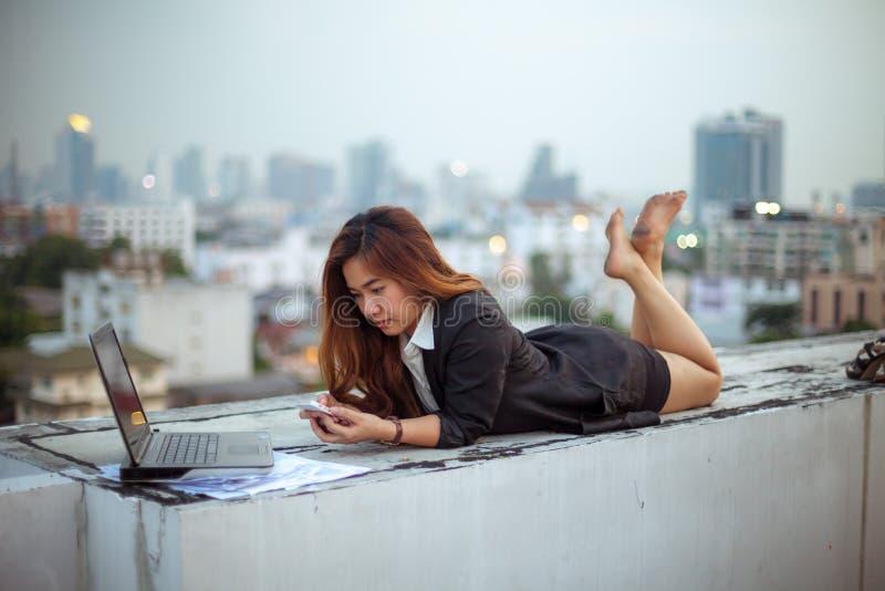 Donna che per mezzo del suo telefono mobile immagine stock