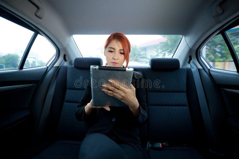 Donna che per mezzo della compressa immagini stock libere da diritti