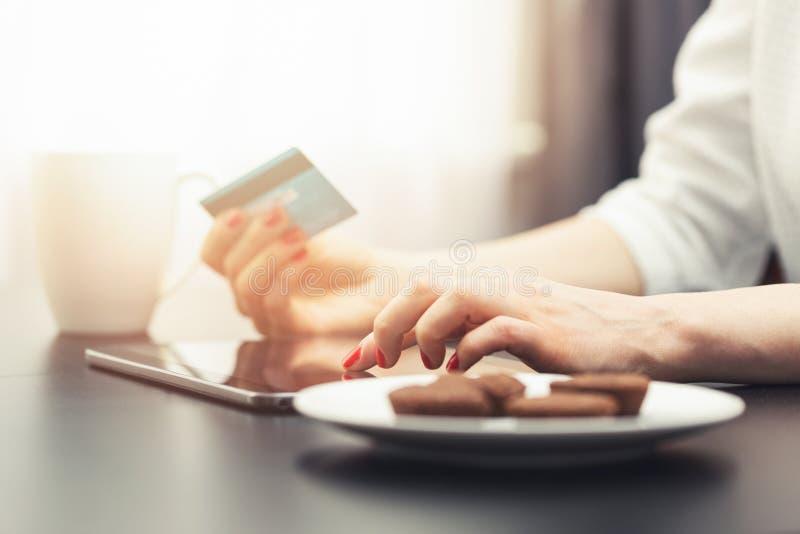 donna che per mezzo della compressa digitale per effettuare un pagamento immagini stock libere da diritti