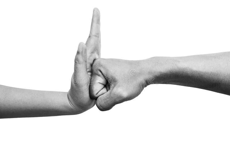 Donna che per mezzo della palma della mano per fermare la perforazione del ` s dell'uomo dall'attacco isolata a fondo bianco Ferm immagine stock libera da diritti