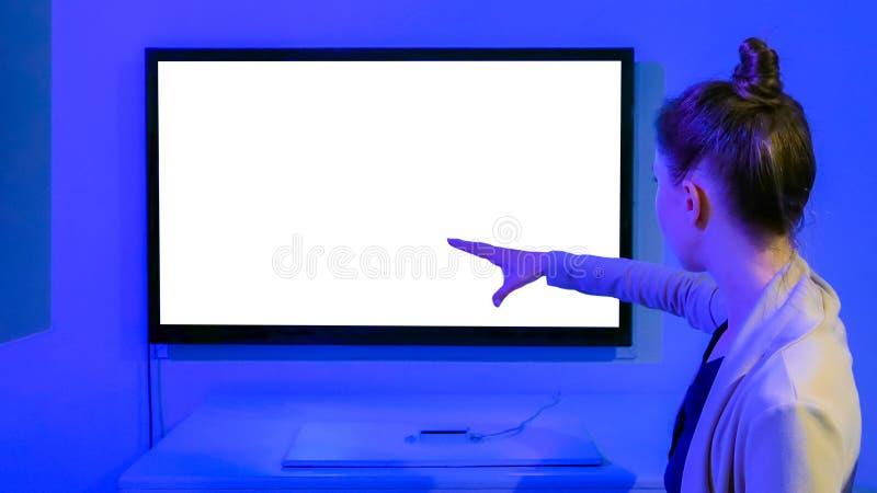 Donna che per mezzo dello schermo in bianco bianco senza a comando a tocco immagine stock libera da diritti