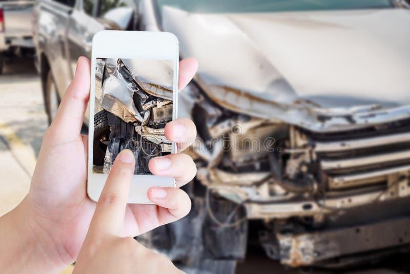 Donna che per mezzo dello smartphone mobile che prende foto dell'incidente stradale fotografie stock libere da diritti