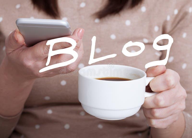 Donna che per mezzo di un telefono cellulare per il lavoro Le informazioni sociali di media del blog collegano il concetto immagine stock libera da diritti
