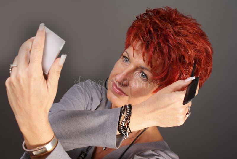 Donna che pettina i suoi capelli fotografia stock libera da diritti
