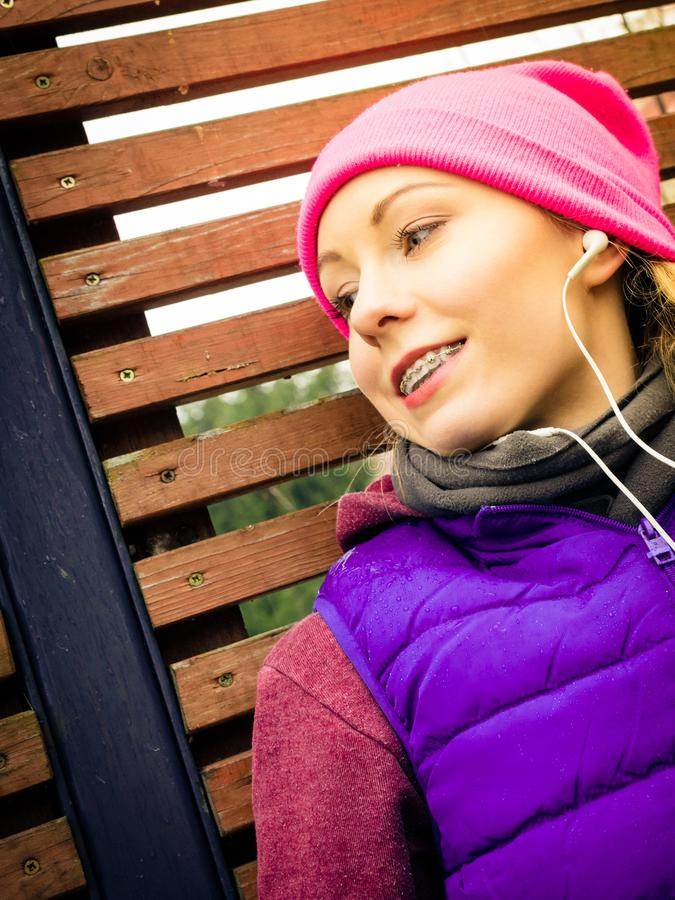 Download Donna Che Porta Abiti Sportivi Caldi Che Si Rilassano Dopo L'esercitazione Fotografia Stock - Immagine di musica, esercitazione: 117980028