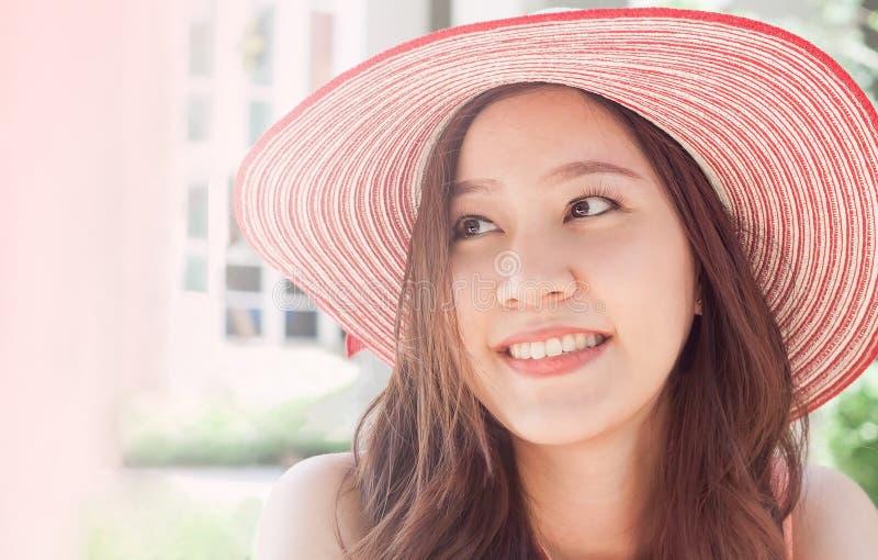 Donna che porta il cappello di paglia rosa con l'espressione della sorpresa fotografia stock libera da diritti