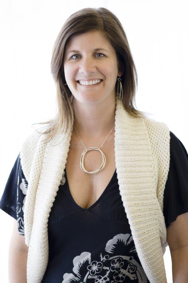 Donna che porta una collana fotografia stock