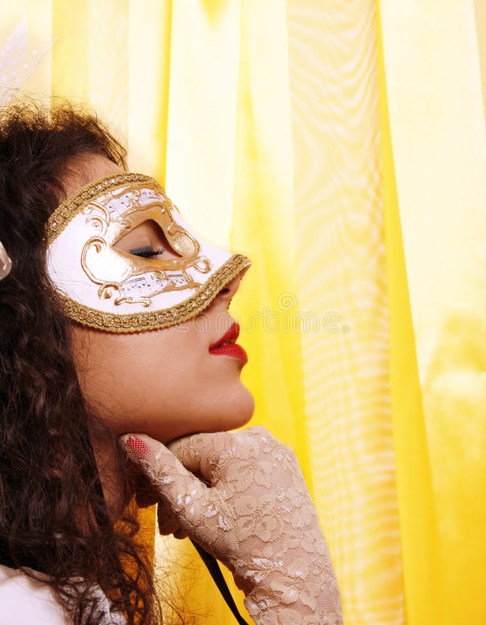 Donna che porta una mascherina di carnevale fotografie stock