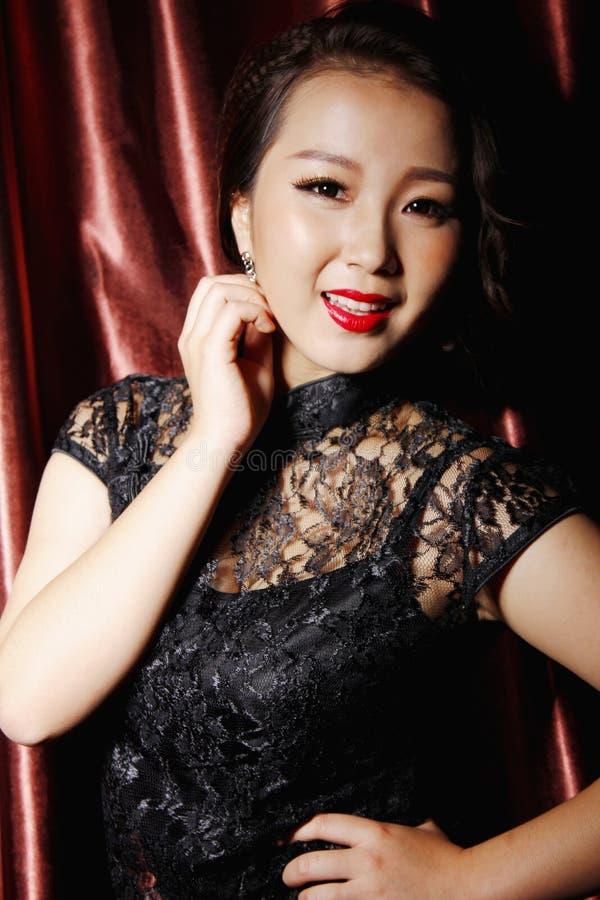 Donna che porta vestito tradizionale cinese nero fotografia stock