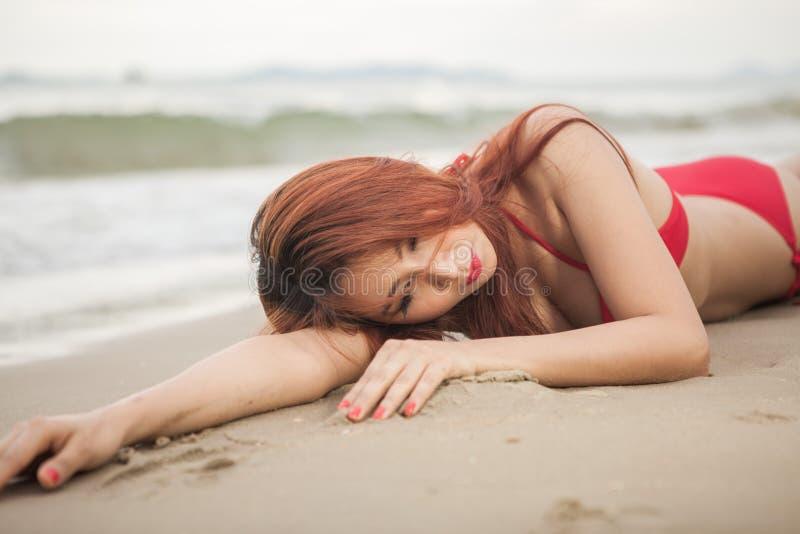 Donna che posa alla spiaggia fotografia stock libera da diritti