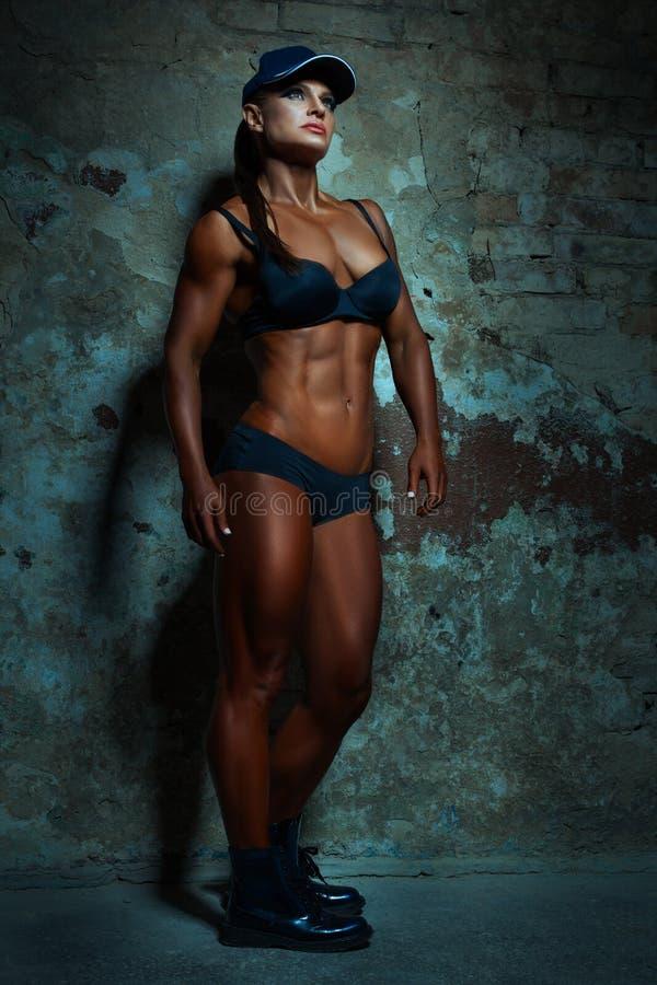 Donna che posa con i grandi muscoli fotografia stock libera da diritti