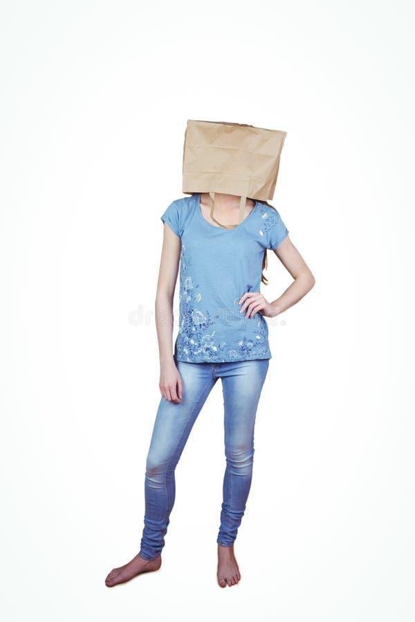 Donna che posa con la borsa sulla testa fotografia stock libera da diritti