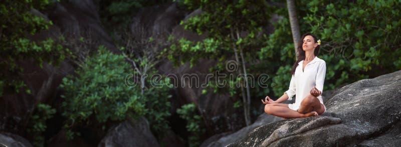 Donna che pratica Lotus Pose Enjoying Nature fotografie stock libere da diritti
