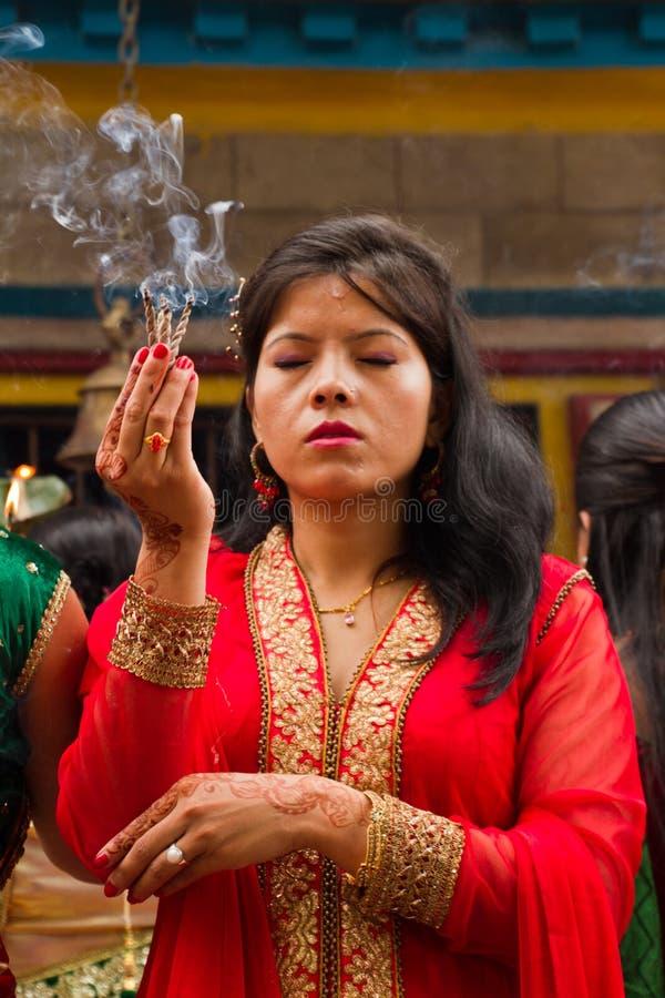 Donna che prega al festival di Teej, quadrato di Durbar, Kathmandu, Nepal immagine stock