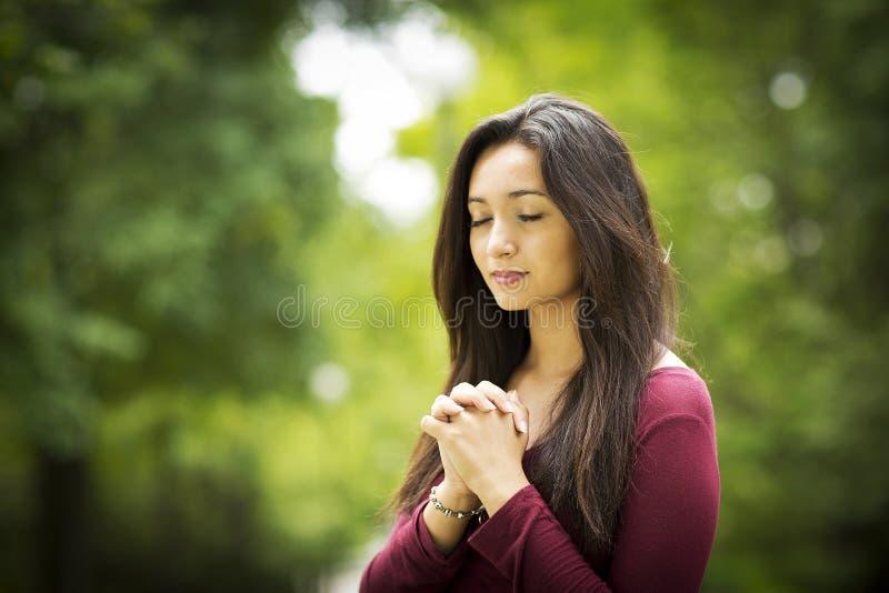 Donna che prega all'aperto fotografie stock