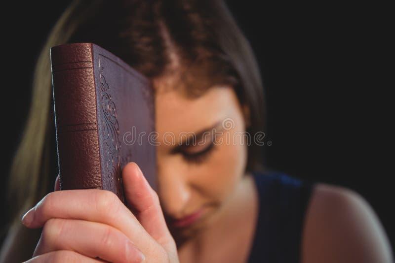 Donna che prega con la sua bibbia immagini stock