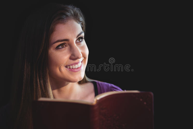 Donna che prega con la sua bibbia fotografia stock libera da diritti