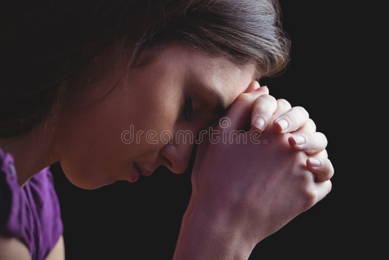 Donna che prega insieme con le mani immagine stock libera da diritti