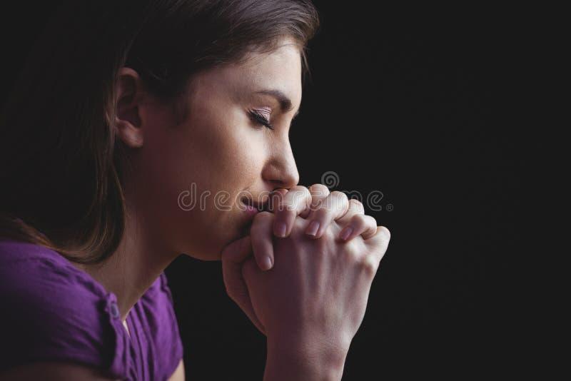 Donna che prega insieme con le mani immagini stock libere da diritti