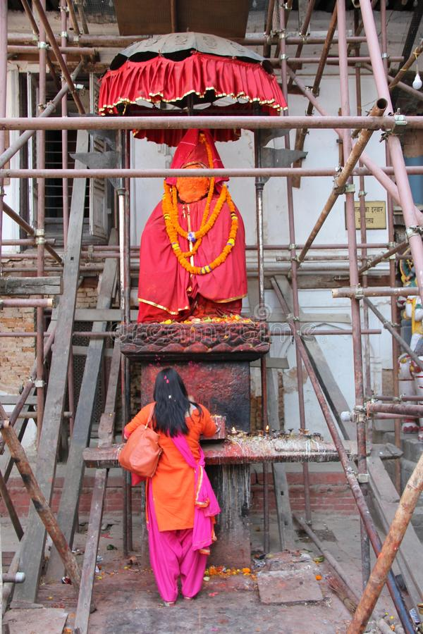 Donna che prega a Kathmandu immagini stock libere da diritti