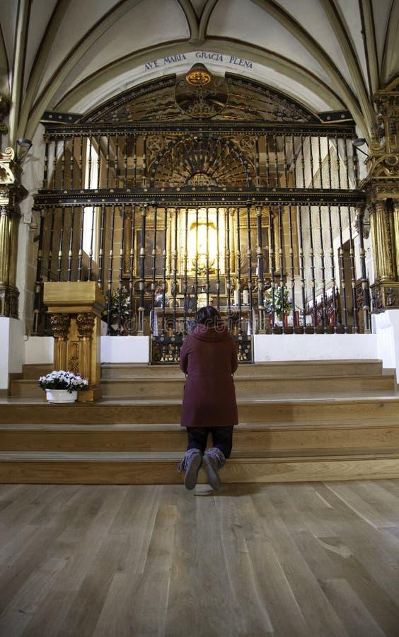 Donna che prega nella chiesa immagine stock