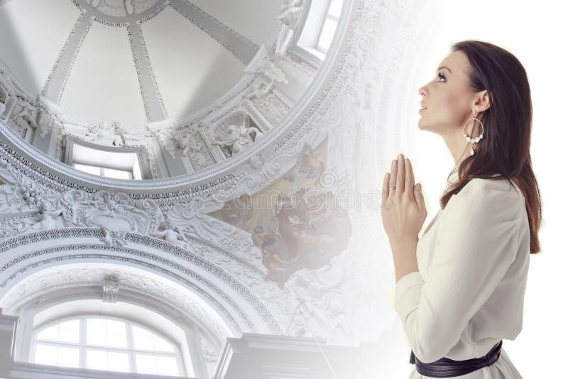 Donna che prega in un tempio fotografia stock libera da diritti