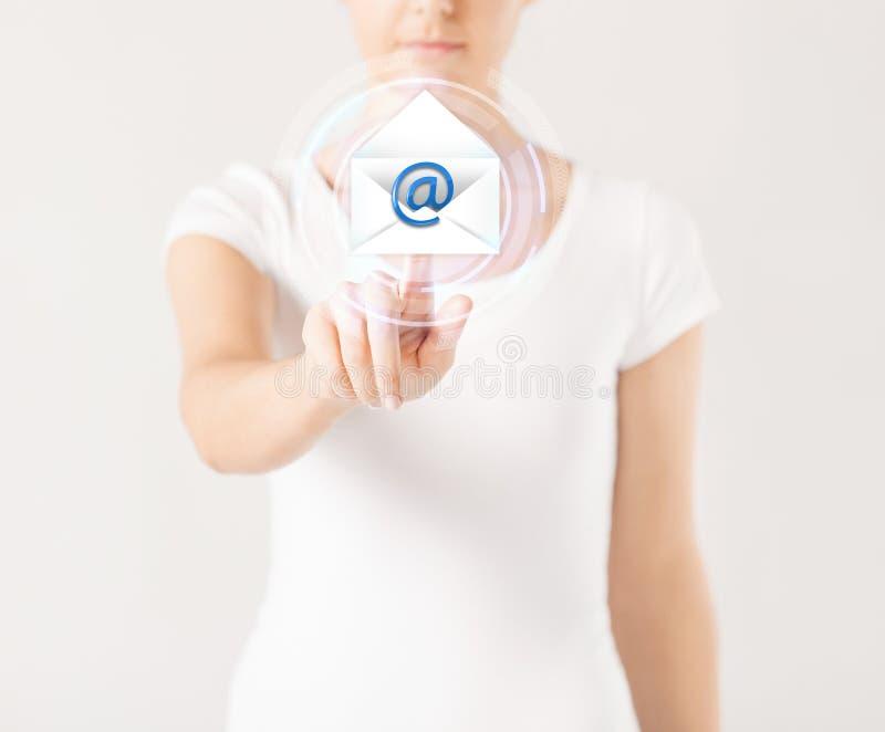 Donna che preme bottone virtuale con l'icona del email immagini stock
