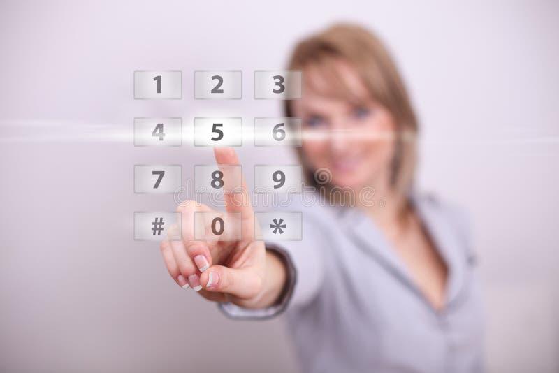Donna che preme indicatore luminoso moderno con il tasto di numeri immagine stock libera da diritti
