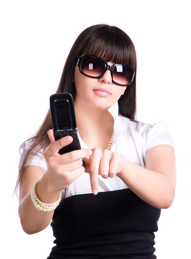 Donna che preme tasto sul telefono mobile immagini stock