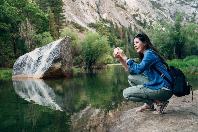 Donna che prende immagine della vista di stupore della natura fotografie stock