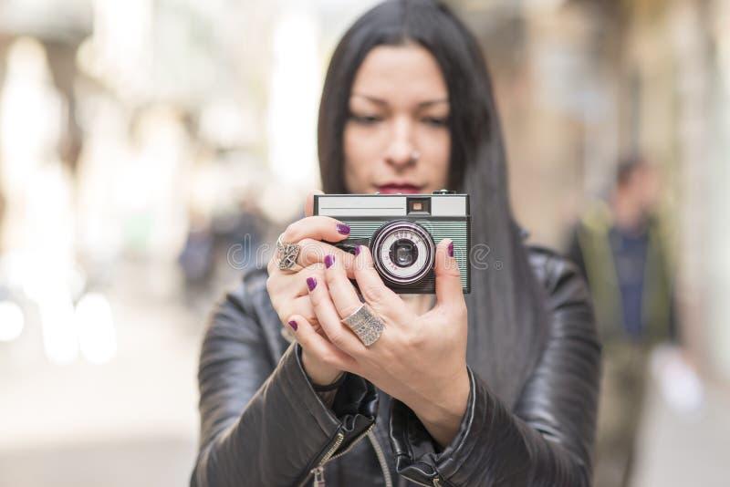Donna che prende le immagini con la macchina fotografica di classica fotografia stock