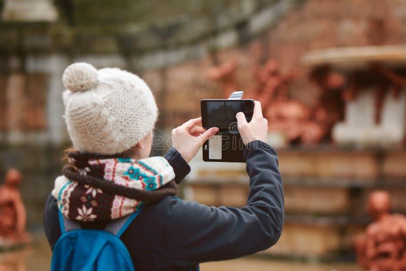 Donna che prende un'immagine nell'inverno fotografie stock