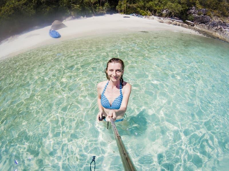 donna che prende un selfie su una spiaggia isolata in mare delle Andamane Koh Lipe - viaggio solo immagine stock
