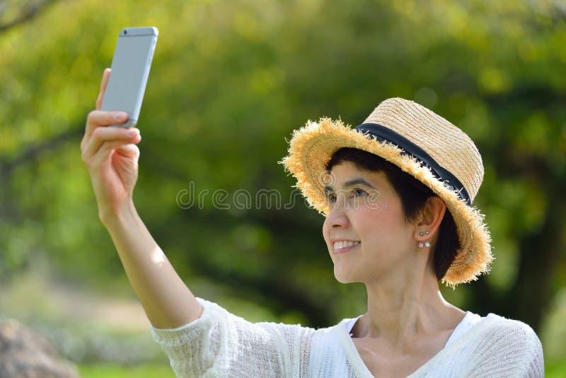 donna che prende un selfie sul suo telefono fotografia stock libera da diritti