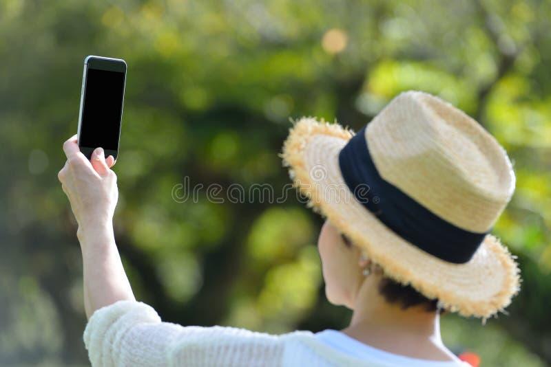 donna che prende un selfie sul suo telefono fotografie stock libere da diritti