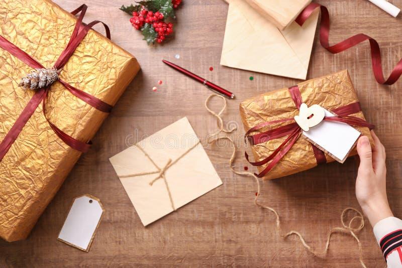 Donna che prepara i regali di Natale immagini stock libere da diritti
