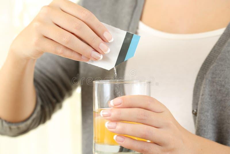 Donna che prepara una medicina mucolitica della borsa immagine stock libera da diritti